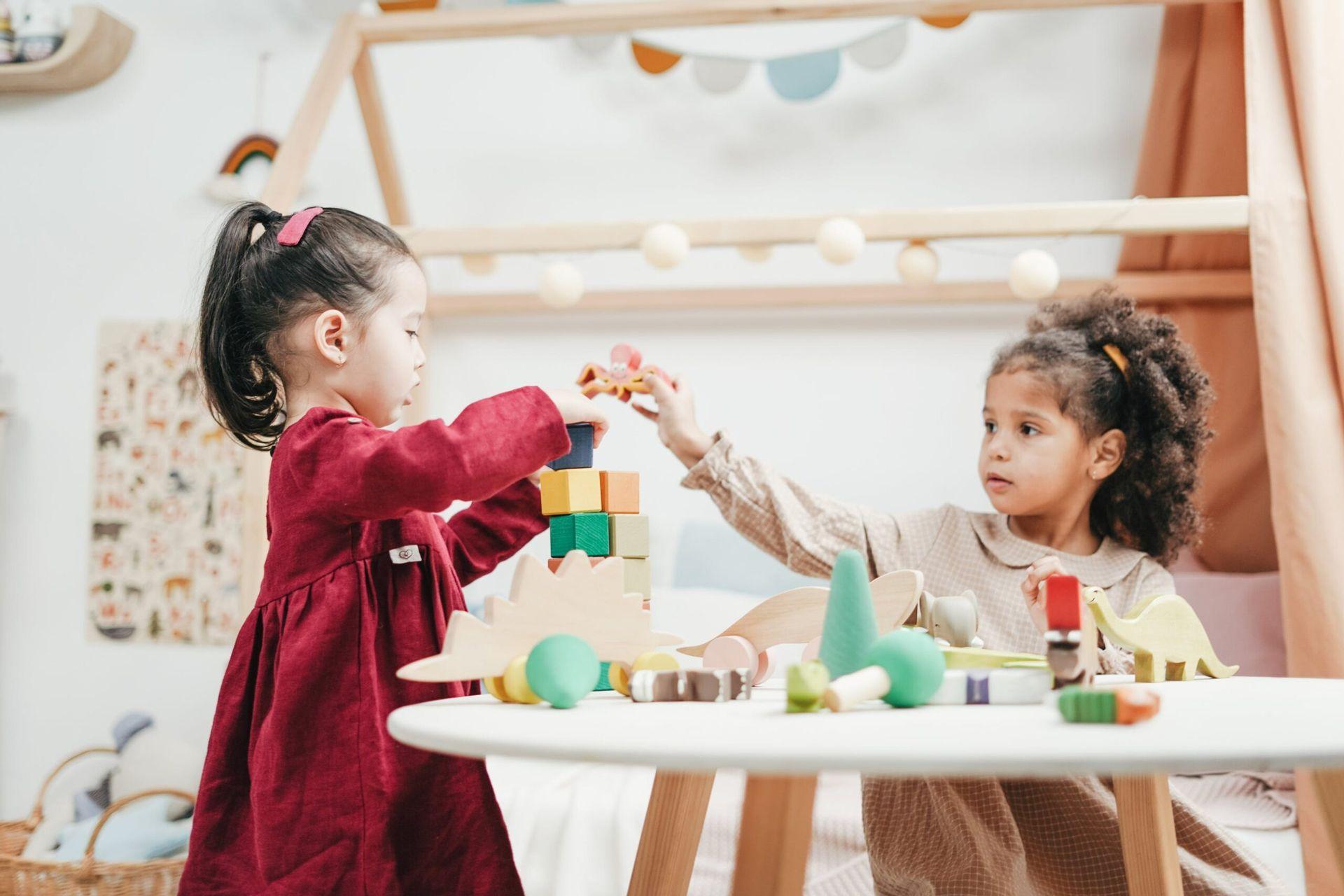 crianças brincando em casa