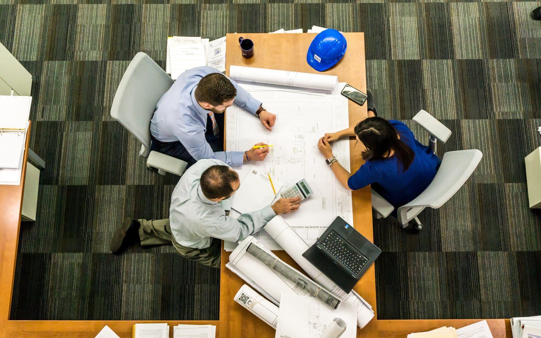 mesa com engenheiros trabalhando