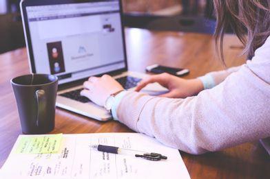 pessoa estudando online